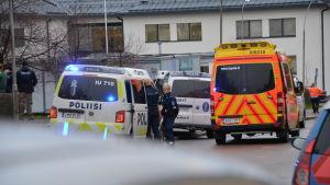 Polisen står och förhör folk efter olyckan
