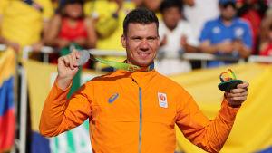 Jelle van Gorkom visar upp sin medalj