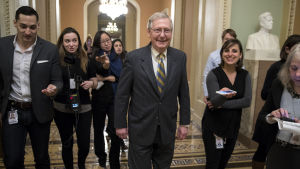 Mitch McConnell på väg ut ur amerikanska senatens plenisal.