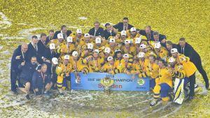 Sverige firar sitt VM-guld i ishockey efter att ha besegrat Schweiz i finalen efter straffar.