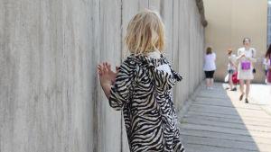 Barn och vuxna vid Berlinmuren