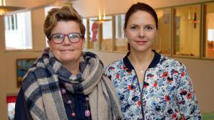 Bild på Mia Skog och Jennie Ahtola i Höjdens skola i Tenala.