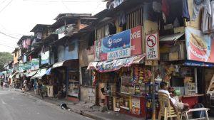 Ungefär fyra miljoner människor uppskattas bo i de talrika slumen i Manila. Många slum är så stora att de i praktiken fungerar som enskilda städer.