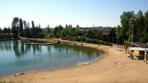 Sandgrop med simstrand.