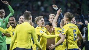 Sveriges spelare firar VM-avancemanget.