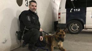 Björn Borg tillsammans med polishunden Nasu.