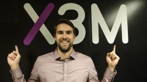 Oliver Kivi står framför X3M vägg.