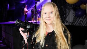 Jessica Ehrström följer med Isac Elliots soundcheck.