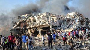 Människor samlades i närheten av Safari Hotel, i centrum av Mogadishu, där en lastbil med sprängmedel ecploderade på lördagen.