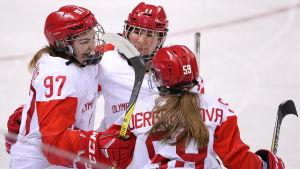 Ryska ishockeydamerna kramar om varandra efter mål.
