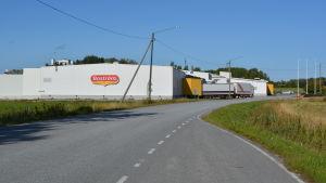 Byggnad där Boströms bageri i Pedersöre finns, en långtradare kör ut på vägen