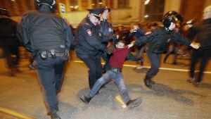 Polisen griper en demonstrant i S:t Petersburg den 7 oktober 2017.