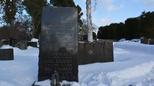 I graven ligger sex av de arkebuserade plus ytterligare en som arkebuserades tidigare på vintern 1918
