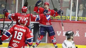 Teemu Eronen firar mål.