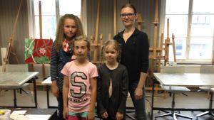 Konstlägret vid Kasernområdet samlar närmare 140 barn. Längst fram Ronja Nyholm och Li Kastrén. I bakre raden Fanny Ladvelin och Mia Wiik.