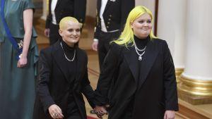 unga kvinnor med gult hår