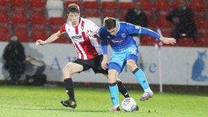 Daniel O'Shaughnessy kämpar om bollen med Sam Jones, Cheltenham-Grimsby.