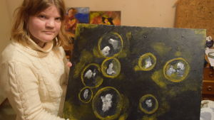 Hanna Grandell med sina målningar.