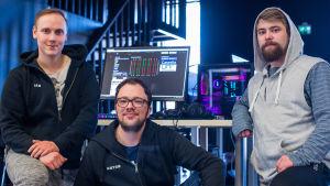 Ian Åström, Anton Plogman och Christoffer Laaja framför en dator.