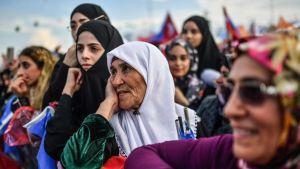 Kvinnor lyssnar på Erdogan som håller tal i Istanbul den 17 juni 2018