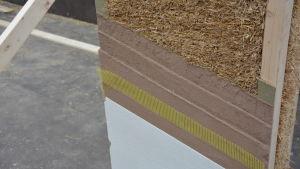 Väggarna består av halmelement med lera på utsidan.