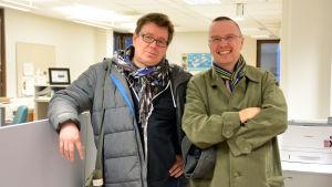 Kennet Lindholm och Dan Idman står i ett kontorslandskap.
