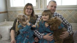 mamma, pappa och två barn och hund