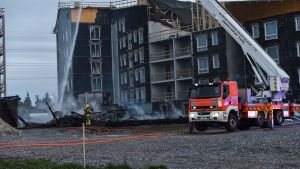En konstruktion av trä brann vid ett bygge i Brobacka i Helsingfors 18.6.