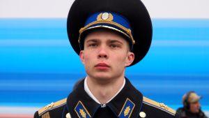 Sotilas paraatipuvussa lähikuvassa
