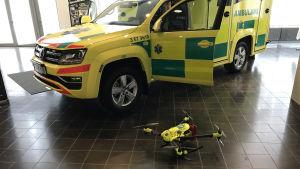 Ambulans och drönare.