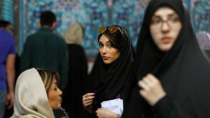 Iranska kvinnor med olika typers slöjor