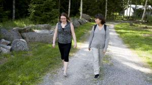 Josefine Stenvall diskuterar med Ann-Catrin Granroth.