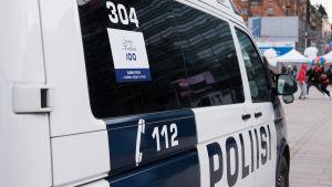 Polisbil patrullerar vid Nariken i Kampen, Helsingfors.