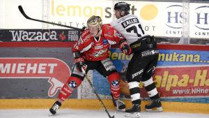 Ville Viitaluoma och Tomi Kallio vid sargen