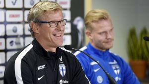 Markku Kanerva och Joel Pohjanpalo inför VM-kvalmatchen mot Turkiet.