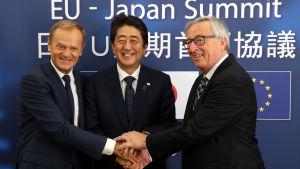 Japans premiärminister Shinzo Abe välkomnas av EU-kommissionens ordförande Jean-Claude Juncker och Europeiska rådets ordförande Donald Tusk i Bryssel.