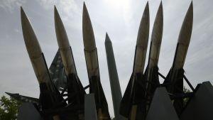 Scud- och Hawk-missiler spretar upp i luften framför minnesmärke över Koreakriget, Söul.