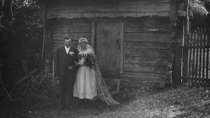 Ahvenanmaalainen hääpari aitan edustalla (1880-1920)