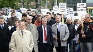 Politiker från olika partier på demonstration vid riksdagshuset mot försäljningen av Altia.