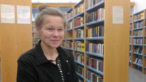 Finsklärare Sirkku Rautakorpi i biblioteket i Korpo