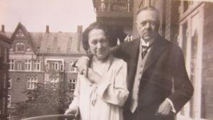 Emilie och Hjalmar Söderberg på balkongen i Allégade 15A på Frederiksberg. Cirka 1929.