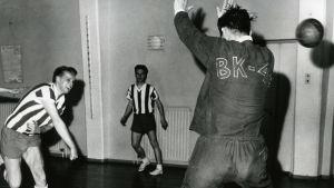 Jan-Gösta Westerlund kastar bollen förbi målvakten.