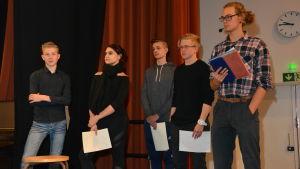 Elever från Hangö gymnasium och Hankoniemen lukio leder valdebatt i Hangö 2017. De heter Arthur Alen, Viivi Lejon, Jedi Kotulainen, Sebastian Lindholm och Nikodemus Kraufvelin.