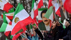 Människor samlades utanför Irans ambassad i London för att visa sitt stöd för demonstranterna i Iran.