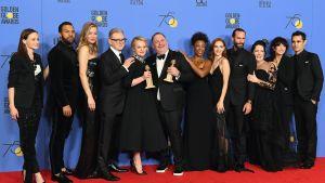 """De medverkande i """"The Handmaid's Tale"""" tog emot pris för bästa dramaserie. Alla kvinnor i svart och flera av männen i svarta skjortor."""