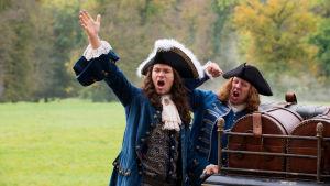 Tordensjold och Kold bak på en hästvagn ropandes och med händerna i vädret.