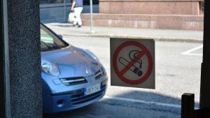Rökning förbjuden-skylt vid Strömborgska skolan i Borgå