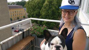 Julia Nyman med hunden Tengil i Åbo.