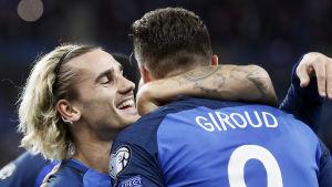 Antoine Griezmann och Olivier Giroud firar ett franskt kvalmål.