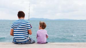 Man och barn fiskar.